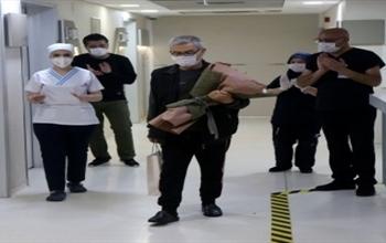 Sivas'ta koronavirüsü yenen 64 yaşındaki hasta alkışlarla uğurlandı